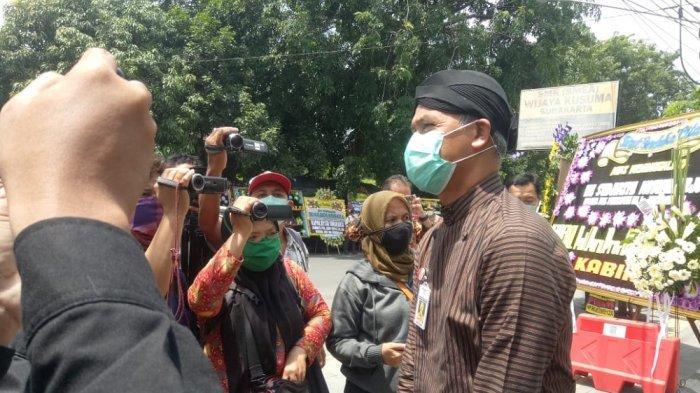 Gubernur Jawa Tengah, Ganjar Pranowo tiba di rumah duka di Sumber, Banjarsari, Solo pada Kamis (26/3/2020). Ganjar berterima kasih kepada masyarakat yang mentaati imbauan mendoakan almarhumah ibunda Jokowi, Sudjiatmi Notomiharjo dari rumah masing-masing. Jenazah Sudjiatmi akan dimakamkan hari ini pukul 13.00 WIB.