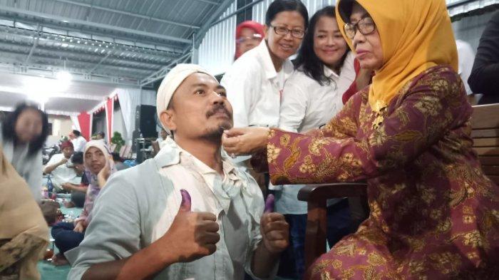 Ibunda Jokowi, Sudjiatmi Notomiharjo secara simbolik memotong janggut saat acara pendukung Jokowi di kompleks lingkungan RT 08 RW 07 Kelurahan Sumber, Kecamatan Banjarsari, Solo, Rabu (17/4/2019).