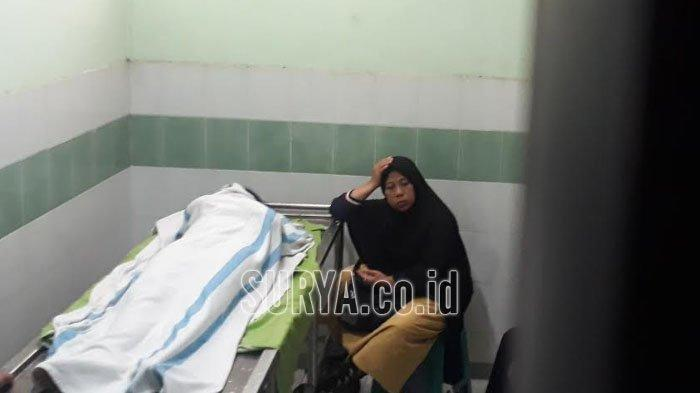 Ibunda korban pembunuhan Hadryil Choirun Nisaa menunggui jenazah putrinya di di RSUD Ibnu Sina Kabupaten Gresik, Rabu (11/9/2019).
