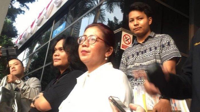 Ibunda Kriss Hatta, Tuty Suratinah bersama kuasa hukumnya saat mendatangi Sentra Pelayanan Kepolisian Terpadu (SPKT) Polda Metro Jaya, Senin (29/7/2019).