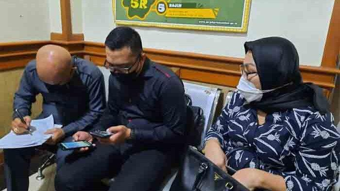 Ratmulyati, ibunda Nindy Ayunda saat hadir di Pengadilan Agama Jakarta Selatan untuk menjadi saksi, Rabu (7/4/2021).