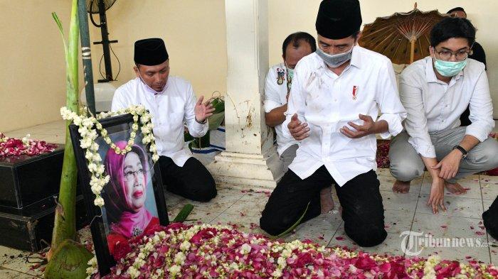 Presiden Joko Widodo berdoa bersama keluarganya di depan makam Ibundanya, di komplek pemakaman keluarga Dukuh Mandu, Desa Nolligaten, Gondangrejo, Karanganyar, Jawa Tengah, Kamis (26/3/2020). Almarhumah Ibunda Presiden Joko Widodo, Sujiatmi Notomiharjo meninggal dunia pada Rabu 25 Maret 2020 dalam usia 77 tahun karena kanker. TRIBUNNEWS/SETPRES/AGUS SUPARTO