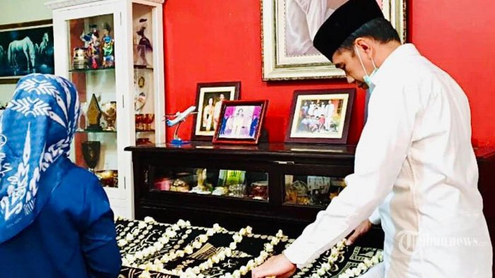 Presiden Joko Widodo berdiri di depan jenazah Ibundanya, di kediamannya di Solo, Rabu (25/3/2020). Ibunda Presiden Jokowi, Sujiatmi Notomiharjo, meningal dunia pada hari ini dalam usia 77 tahun krena menderita sakit kanker. TRIBUNNEWS/BIRO PERS/RUSMAN