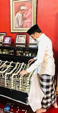Presiden Joko Widodo memasuki IGD RST Slamet Riyadi Solo, Rabu (25/3/2020). Ibunda Presiden Jokowi, Sujiatmi Notomiharjo, meningal dunia pada hari ini dalam usia 77 tahun. TRIBUNNEWS/HO/BIRO PERS