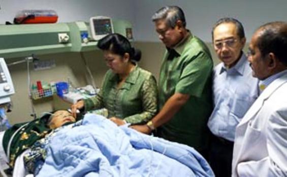Presiden SBY dan Ibu Ani saat mendampingi Ibu Siti Habibah, ibunda SBY, setelah menjalani operasi di RS Husada, Jakarta, Senin (22/2/2011) siang.