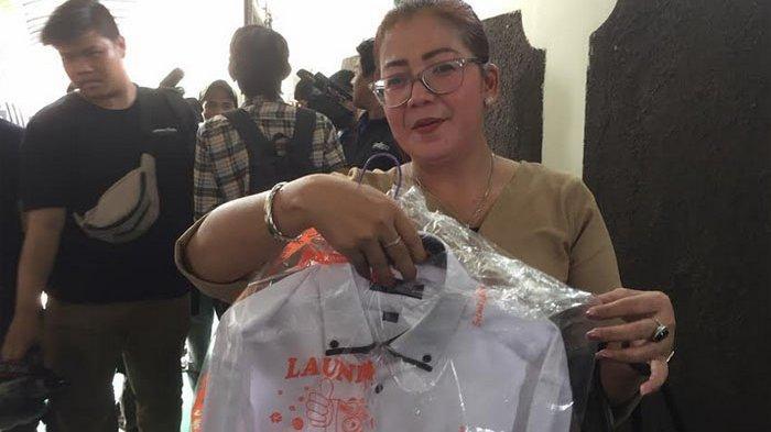 Tuty Suratina bawakan kemeja putih untuk Kriss Hatta di Pengadilan Negeri Jakarta Selatan, Senin (14/10/2019).