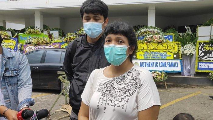 Kakak dan Adik Raditya Oloan saat ditemui di rumah duka RSPAD Gatot Soebroto, Jakarta Pusat, Sabtu (8/5/2021).