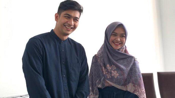 Teuku Ryan dan Ria Ricis saat menjelaskan soal rencana lamaran mereka ditemui di kawasan Bintaro, Tangerang Selatan, Senin (20/9/2021).
