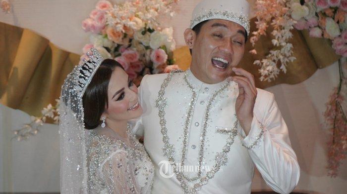 Riefan Fajarsyah atau yang akrab disapa Ifan Seventeen akhirnya resmi menikahi Citra Monica di Hotel Pullman Central Park, Jakarta, Sabtu (29/5/2021).  Ifan Seventeen menikahi Citra Monica dengan mahar logam mulia 40 gram, uang USD 3.500, satu set cincin kawin berlian, dan seperangkat alat salat. TRIBUNNEWS/HERUDIN