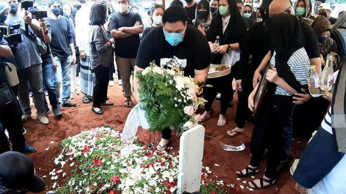 Ivan Gunawan menaburkan bunga di makam sang ayah Bambang Cahyo Gunawan di TPU Kampung Kandang, Jakarta Selatan, Senin (13/7/2020).