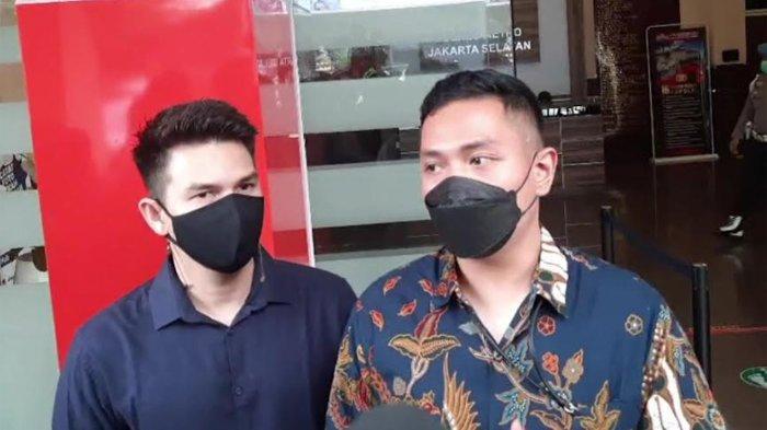 Jonathan Frizzy (kiri) dan kuasa hukum, Sebastian (kanan) saat ditemui di Polres Metro Jakarta Selatan, Senin (27/9/2021).