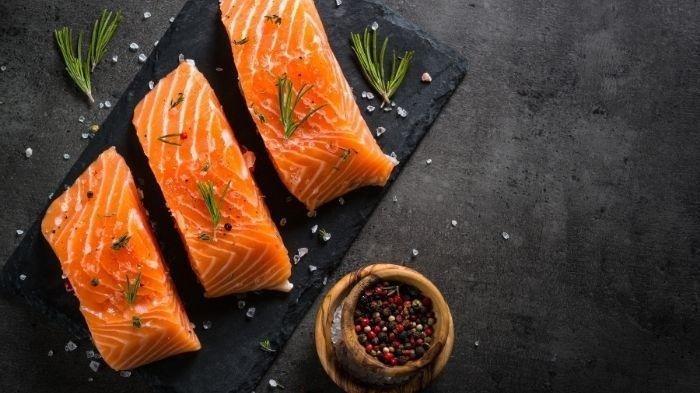 Ikan salmon untuk membantu menurunkan kolesterol tinggi.