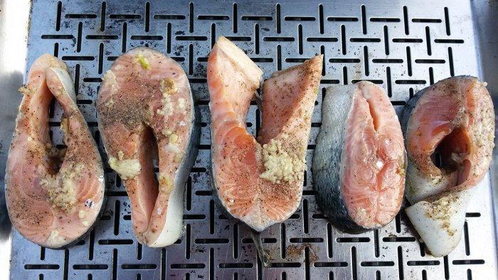 Ikan salmon yang dibumbui dengan rempah.