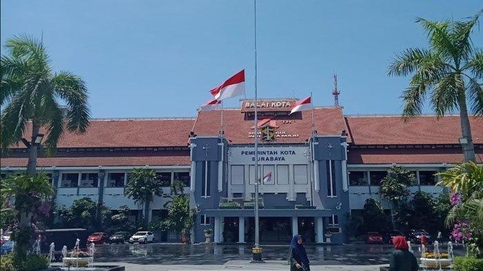 Ikut Belasungkawa Wafatnya BJ Habibie, Pemkot Surabaya Pasang Bendera Setengah Tiang di Balai Kota