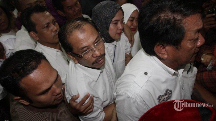 Mantan Wali Kota Makassar, Ilham Arief Sirajuddin, menjalani sidang putusan di Pengadilan Tipikor, Jakarta Pusat, Senin (29/2/2016). Majelis hakim Tipikor memvonis Ilham Arief dengan pidana penjara 4 tahun denda Rp 100 juta subsider 1 bulan dan uang pengganti Rp 150 juta terkait kasus korupsi kerja sama kelola dan transfer instalansi perusahaan daerah air minum (PDAM) di Makassar tahun 2007-2013. TRIBUNNEWS/HERUDIN