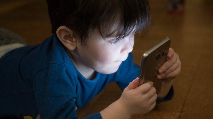 Ilustrasi anak bermain ponsel