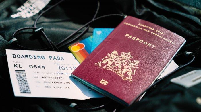 Ilustrasi boarding pass dan paspor