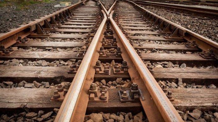 Seorang Wanita Tiduran di Atas Rel Kereta Api, Mengaku Bingung Sejak Bercerai dengan Suaminya