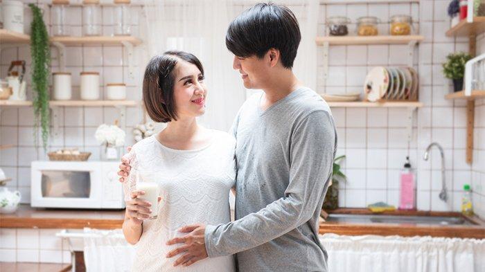 Ilustrasi calon orang tua yang tengah meminum susu ibu hamil.
