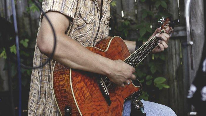 Chord Gitar Tuhan Jagakan Dia - Motif Band: Hanya Dirimu yang Kucinta Takkan Membuat Aku Jatuh Cinta