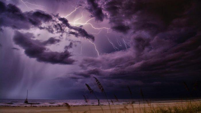 ILUSTRASI cuaca buruk - BMKG merilis peringatan dini cuaca ekstrem untuk Rabu hingga Kamis (5-6/2/2020). Waspadai hujan lebat dan angin kencang di wilayah ini. (PEXELS.COM/Greg)