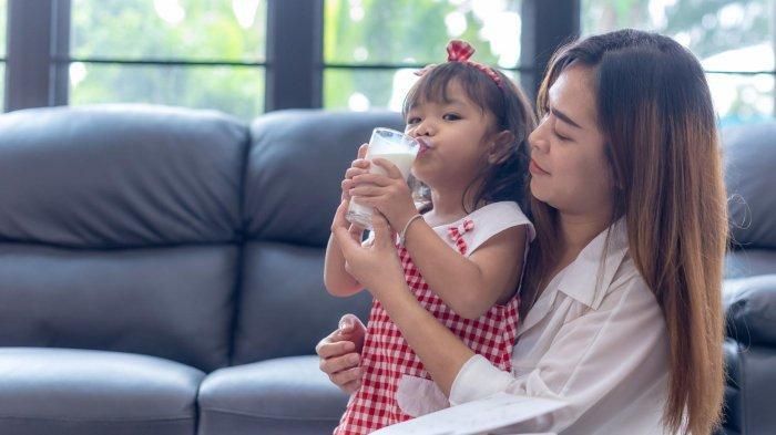 Ilustrasi ibu memberi susu untuk anak mei 2021