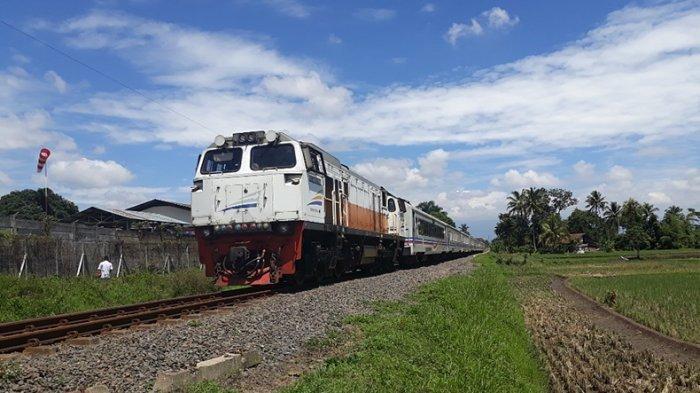 Kereta api yang sedang melintas. TRIBUN JABAR/ISEP HERI HERDIANSAH