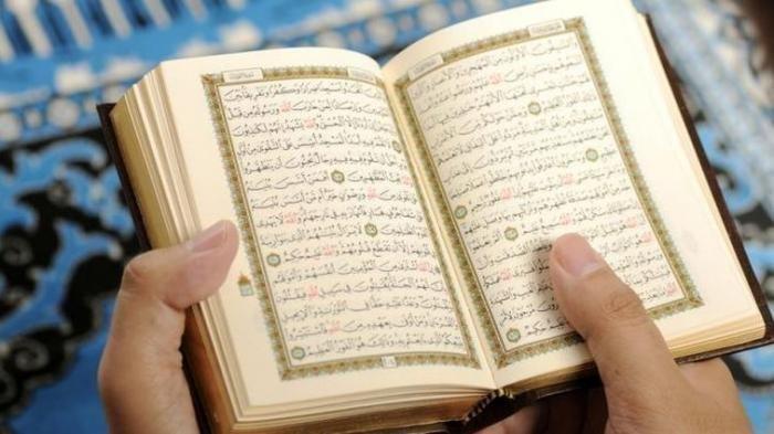 Ilustrasi membaca Al Quran.