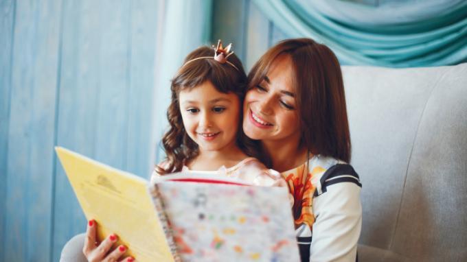 Tak Hanya Baik Bagi Tumbuh Kembang Si Kecil, Membaca Buku Bersama Juga Punya Manfaat Ini untuk Anda