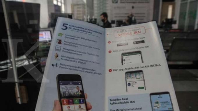 Ilustrasi membaca panduan menggunakan Aplikasi JKN.