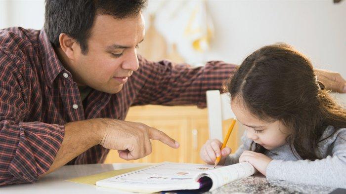 Ilustrasi membantu tugas sekolah anak