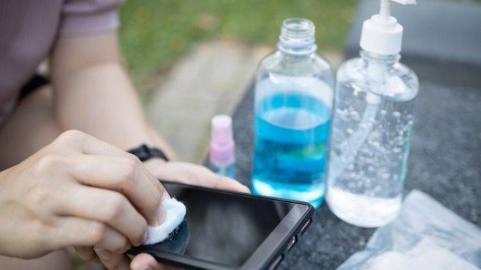 Ilustrasi membersihkan ponsel.