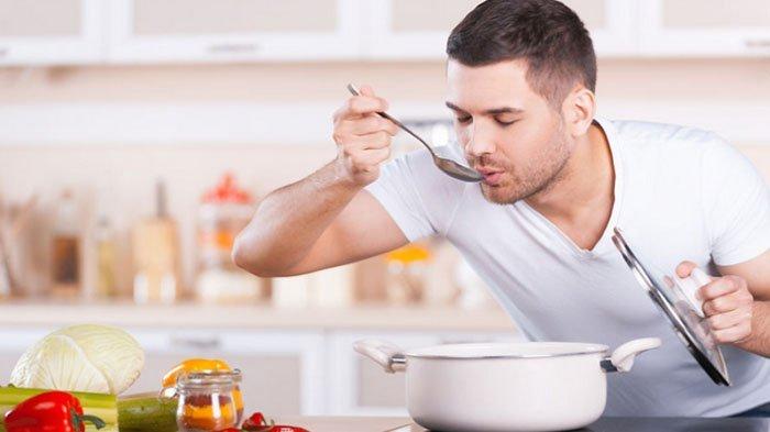 Lagi Masak untuk Berbuka? Puasanya Batal Gak Sih Kalau Mencicipi Makanan Sebelum Azan Magrib?