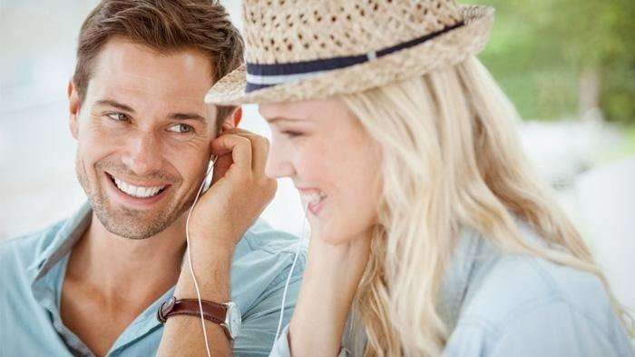 Ilustrasi mendengarkan lagu bersama.