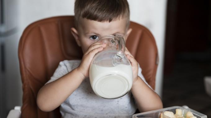 Ini Cara Mudah Mengajarkan Si Kecil Minum Menggunakan Gelas
