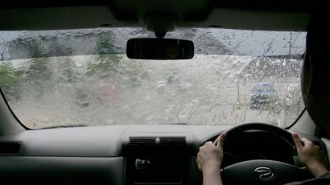 Tips Antisipasi Aquaplaning Saat Cuaca Hujan Ala Daihatsu