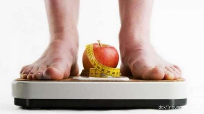 Ilustrasi menimbang berat badan.