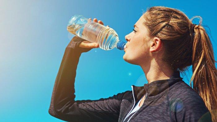 11 Manfaat Minum Air Pada Saat Perut Kosong, Bersihkan Kulit Wajah Hingga Turunkan Berat Badan