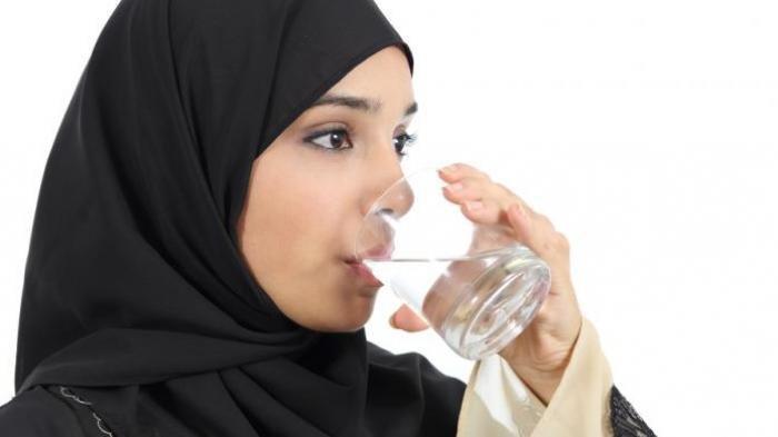 Ilustrasi minum air.