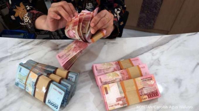 ILUSTRASI. Teller Bank menghitung mata uang rupiah di salah satu bank di Jakarta, Selasa (7/4).