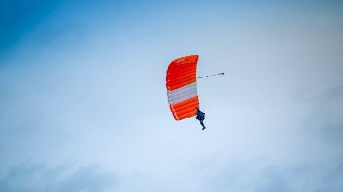 Momen Menegangkan Sky Diver Nyaris Tewas karena Parasutnya Gagal Terbuka
