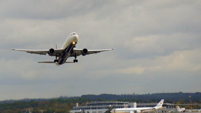 Ilustrasi pesawat yang sedang lepas landas.