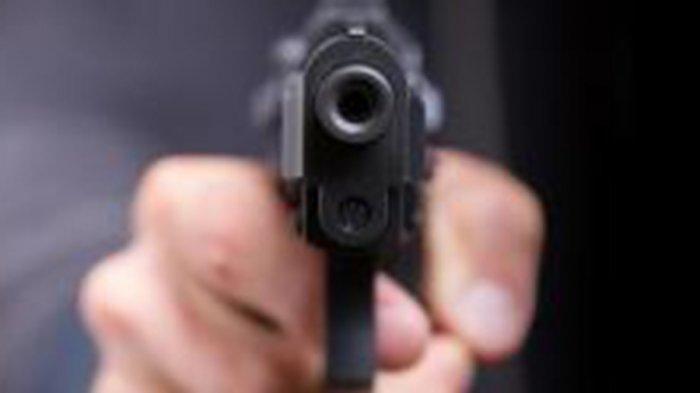 Detik-detik Polisi Todongkan Pistol dan Cekik Pengunjung Warung Tuak, Teman Ikut Pukul Korban