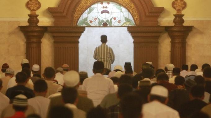 Apa yang Harus Dilakukan Makmum Saat Imam Lantunkan Surat Al Fatihah? Ikut Membaca atau Diam?