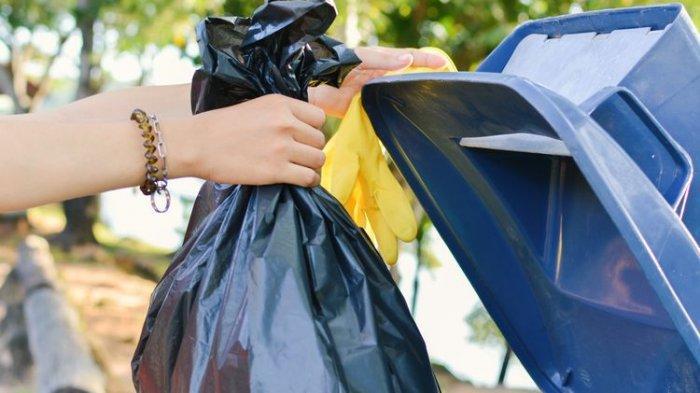 Beredar Video Penumpang Mobil GrandMax Buang Kantung Sampah Berukuran Besar ke Kalimalang