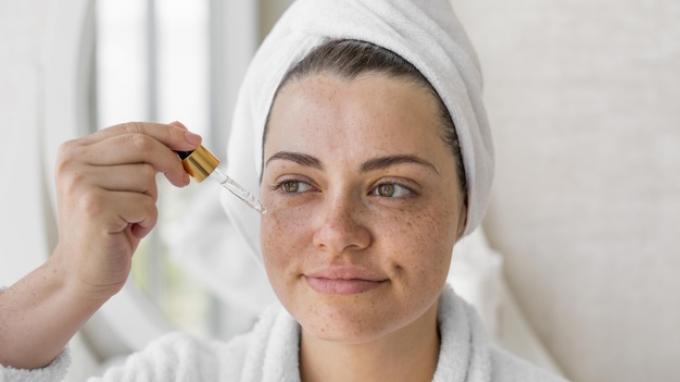 ilustrasi wanita memakai skin care