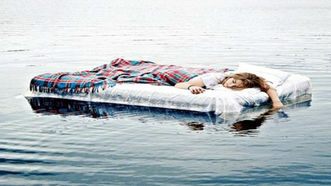 Lima Alasan Mengapa Seseorang Sebaiknya Tidur Berpakaian Dalam