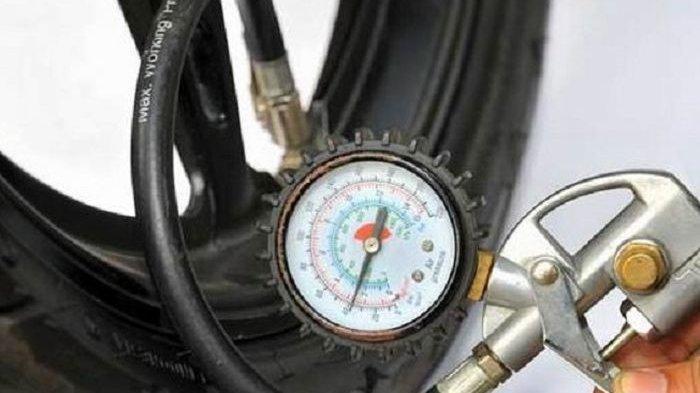 Ilustrasi ukur tekanan ban motor