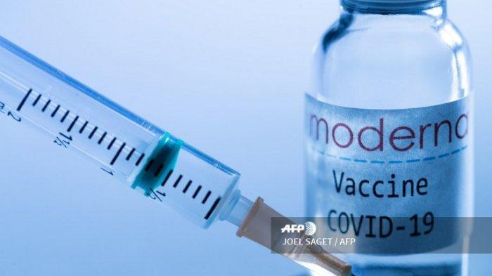 lustrasi vaksin Moderna - Gambar kreatif ini diambil di sebuah studio di Paris pada 16 November 2020, menunjukkan jarum suntik dan botol vaksin dengan logo Moderna, menggambarkan pengumuman vaksin eksperimental terhadap Covid-19 dari Moderna yang 95% efektif