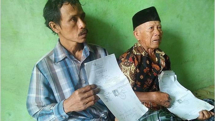 Ilyas (85), ayah kandung Carmi (kanan) saat ditemui di rumahnya, di Kabupaten Cirebon, Minggu siang (28/7/2019).